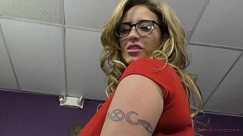 Механик и татуированная красотуля с крупными дойками потрахались в мастерской