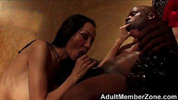 Секс на массажной койке со стройненькой брюнеткой в масле