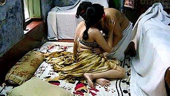 Темноволосая супруга сосет крупный фаллос супруга в спальне на вебкамеру