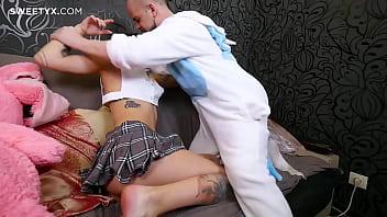 Молодая блонда с татуировкой берет в рот твердый член мужика
