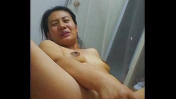 Молодая подружка пригласила молодого человека для энергичного порно