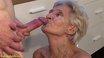 Извратная женщина сосет анальное отверстие юноше и онанирует ему хуй