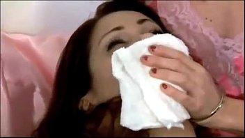 На кроватки усатый мускулистый парень пердолит рачком развратную телку в прозрачных нейлоновых чулках