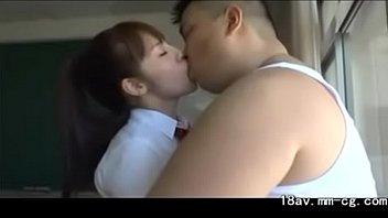 Супруга с обворожительной попкой насаживается на пенис мужа перед камерой